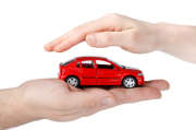 voiture-rouge-mains-jouet