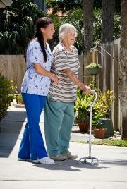 femmes-deambulateur-retraite