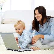 femme-maman-bebe-enfant-ordinateur