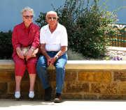 couple-seniors-plantes-assis