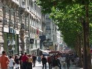Embroglio sur les Champs-Elysées entre un SDF et Banier