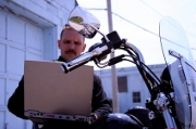 Assurance moto : Internet ou agence physique ?