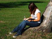 etudiante-exterieur-parc-ecrire-livre