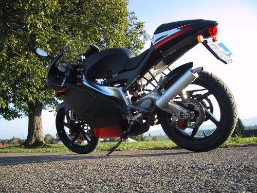Les motos sportives sont utilisées sur circuit et sur route