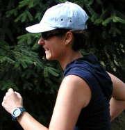 femme-casquette-course